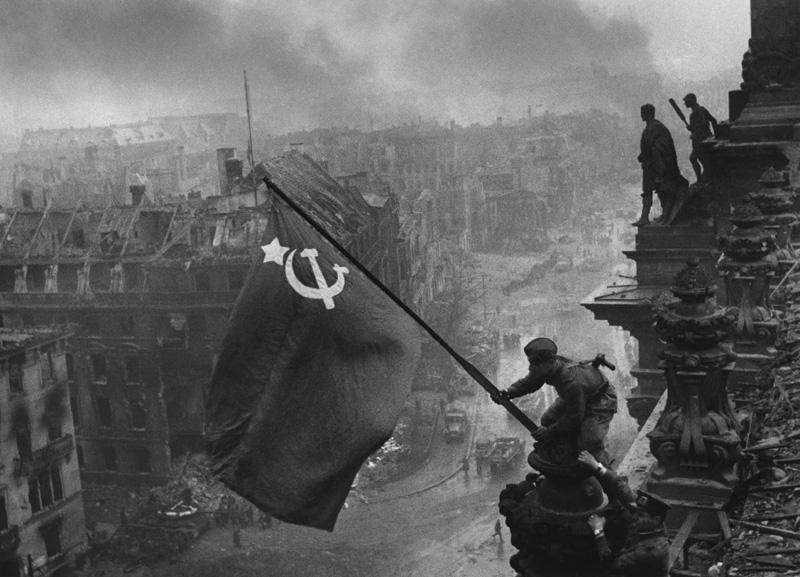 Sovietische Fahne über dem Reichstag