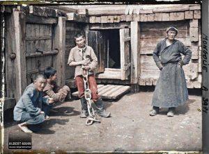 Gardiens et détenus dans la prison, Ourga, Mongolie, 25 juillet 1913, (Autochrome, 9 x 12 cm),  Stéphane Passet, Département des Hauts-de-Seine, musée Albert-Kahn, Archives de la Planète, A 3 971
